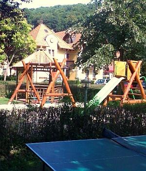 Játszótér és pihenőpark: ping-pong, tollaslabda, mini foci lehetőséggel